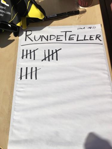 For å unngå å gå i surr med antall runder satte jeg en strek ved hver passering. Tror det var lurt for det var både vanskelig å telle og regne mot slutten. La også ut bilder på FB for å holde elever og foreldre oppdatert underveis.