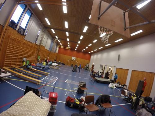 Under HUI hviler vi i gymsalen til Låby skole. Dette er utsikten fra min plass. Kristian hadde plass til ventre for meg og Arne til høyre.