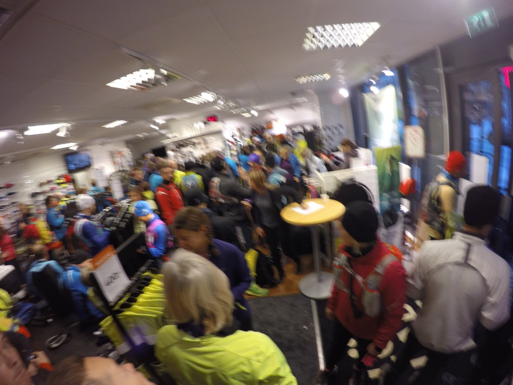 Masse glade løpere inne i butikken i Sandvika