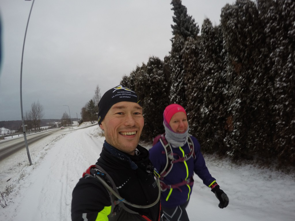 Jeg og Karianne på vei mot Ski. Her har vi 10 minutter igjen av turen og Karianne gleder seg virkelig til å få ro.